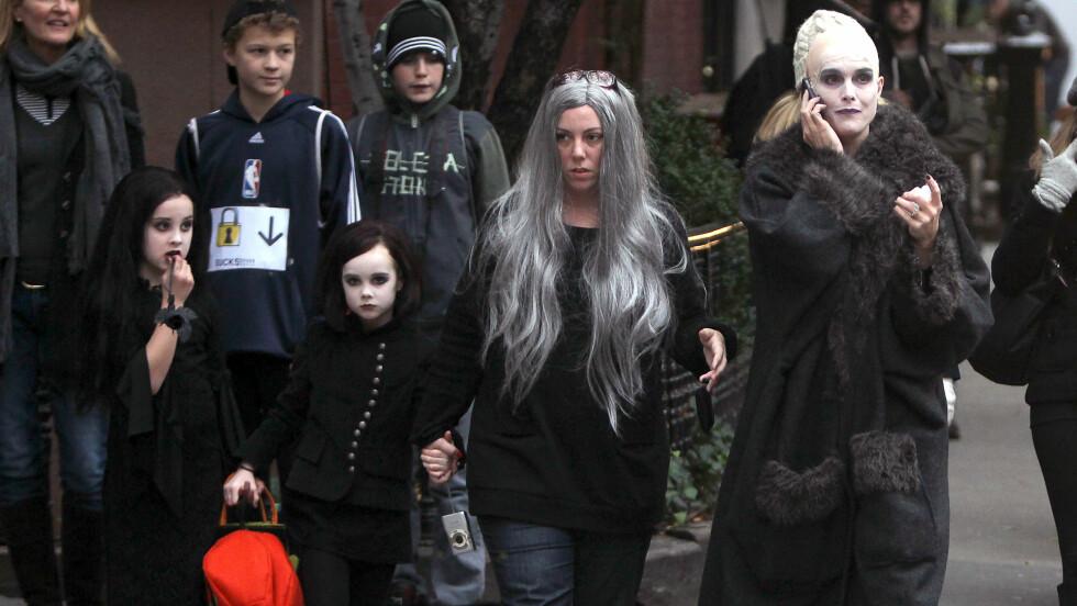 UTE PÅ TUR: Brooke Shields og døtrene viste sin skumle side på gata i New York som «The Addams Familiy» i 2011. Foto: Stella Pictures