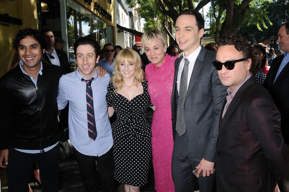 STOLTE KOLLEGER: «The Big Bang Theory»-stjernene Kunal Nayyar, Simon Helberg, Melissa Rauch, Jim Parsons og Johnny Galecki var på plass for å hylle Kaley Cuoco da hun fikk sin stjerne på Hollywoods Walk of Fame. Foto: All Over Press