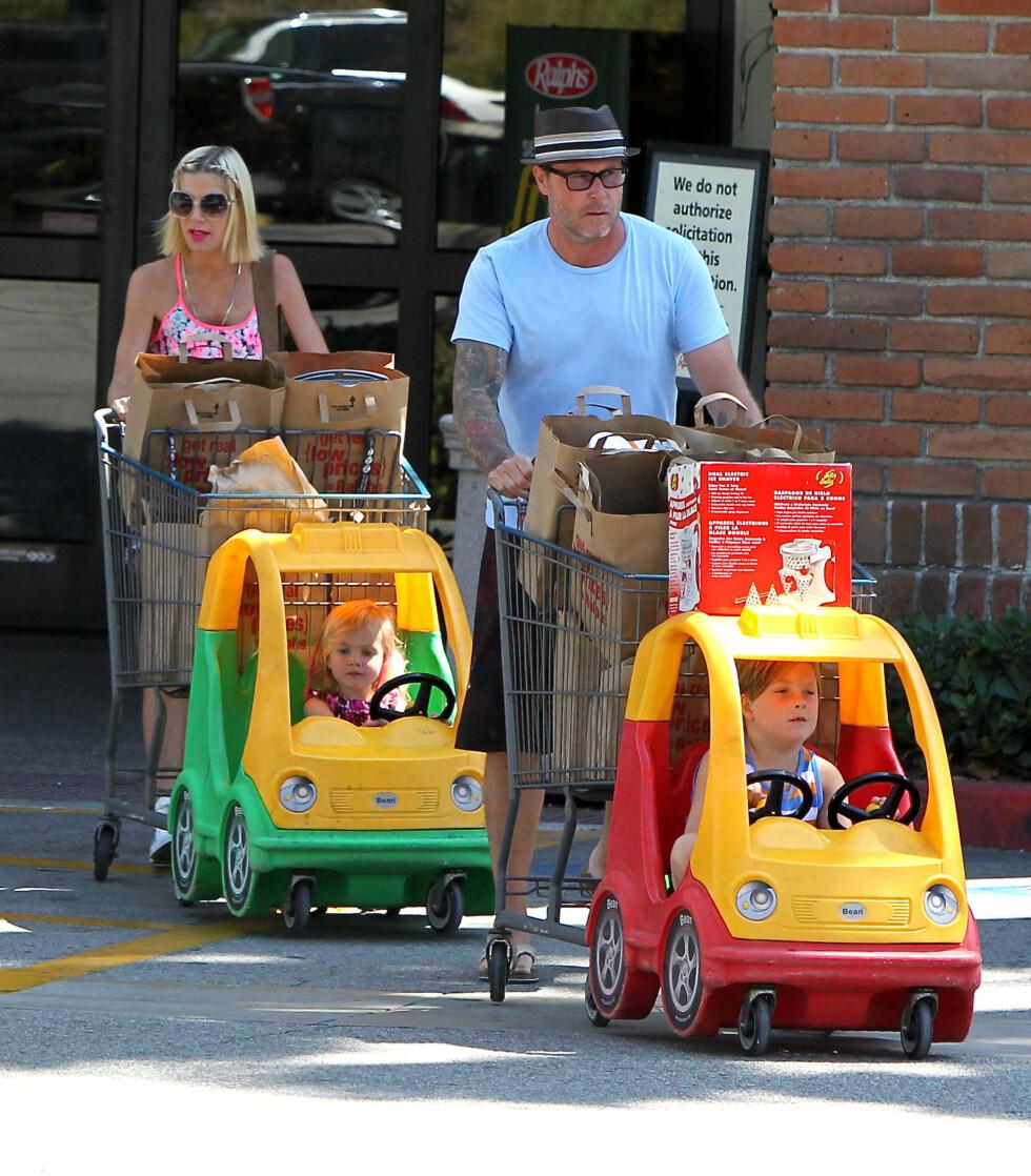 FAMILIEN:Tori Spelling på vei fra matbutikken med familien.  Foto: Stella Pictures