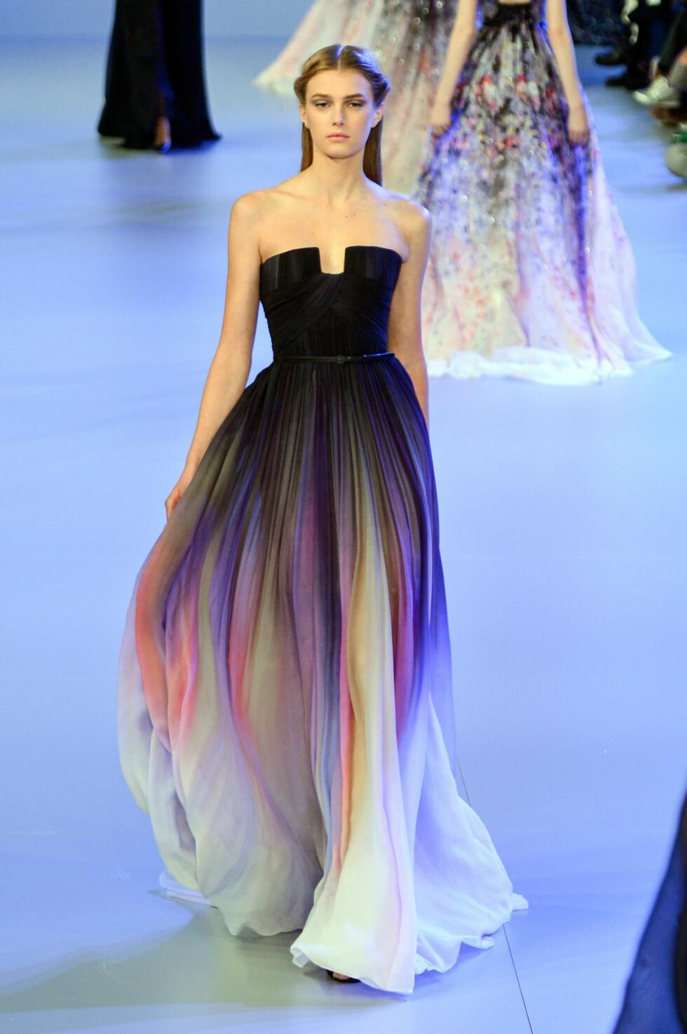YNDIG: På catwalken under  Paris Fashion Week i januar, var Eli Saab-kjolen derimot stylet med diskret sminke og en alveaktig frisyre.  Foto: FameFlynet Sweden
