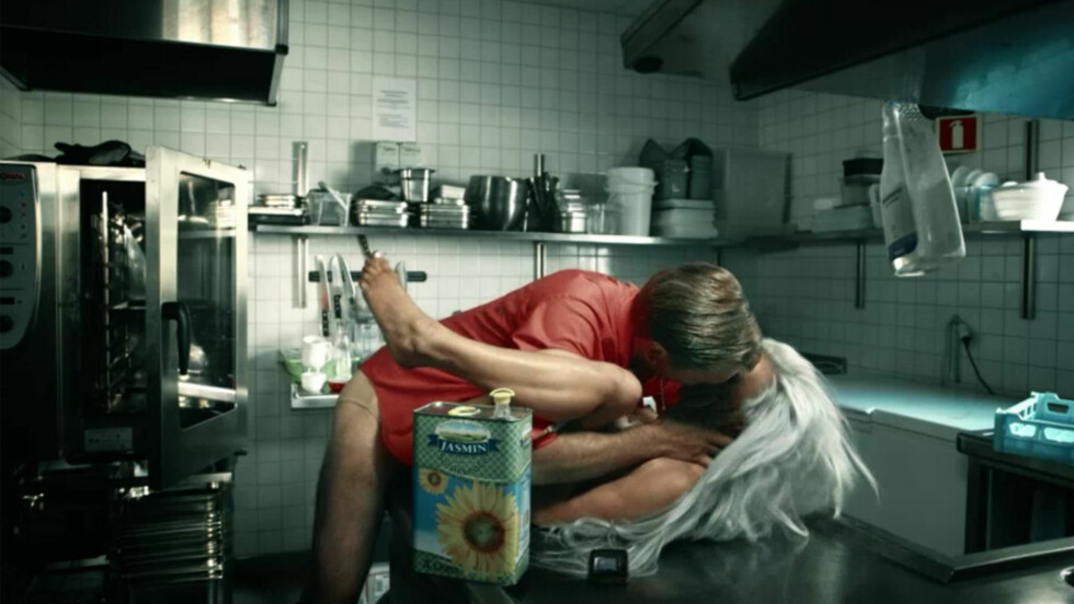 MÅTTE SPILLE INN NAKENSCENE: Slik så det ut da Espen Eckbo ble utfordret til å spille inn en nakenscene med Iselin Michelsen fra «Paradise Hotel» i TVNorges «Klovn til kaffen». Foto: TVNorge