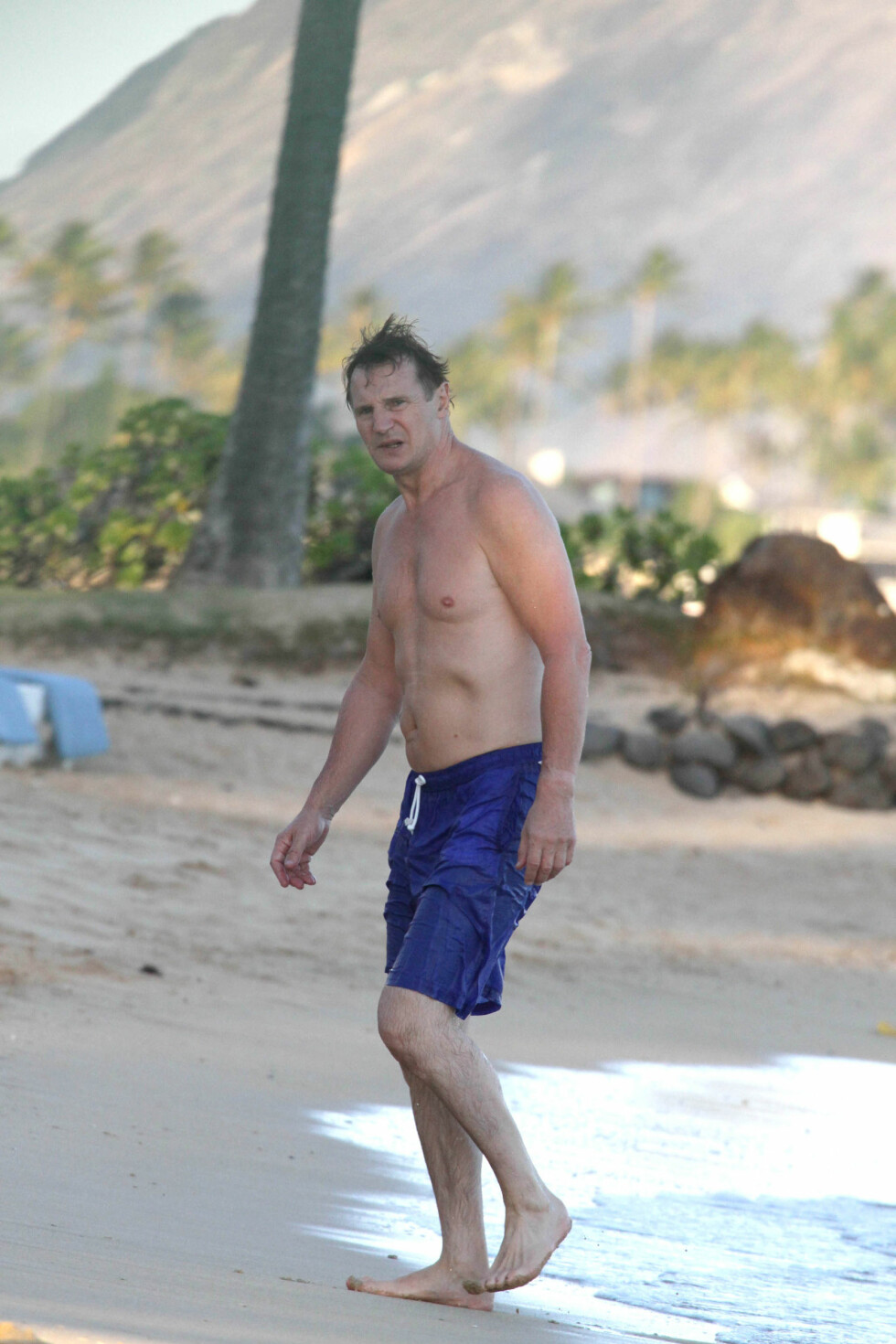 KJEKKAS: Liam Neeson er 62 år, og holder seg svært godt. Han begynte å trene som 19-åring, men har lagt treningsregimet på hylla. Nå trives han best utendørs. - Dersom jeg vet at jeg må ta av noen kilo på overkroppen for en rolle trener jeg med kettle bells og lignende. I tillegg går jeg mye powerwalks utendørs. Foto: All Over Press