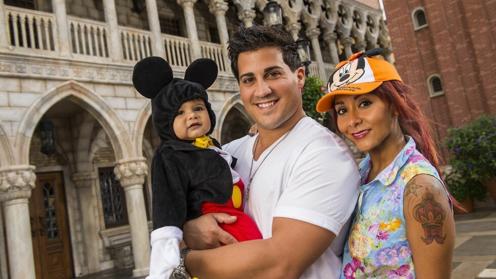 BABYLYKKE: Nicole Polizzi og Jionni LaValle er nå stolte tobarnsforeldre. Her med sønnen Lorenzo i Disney World i Florida i fjor. Foto: Stella Pictures