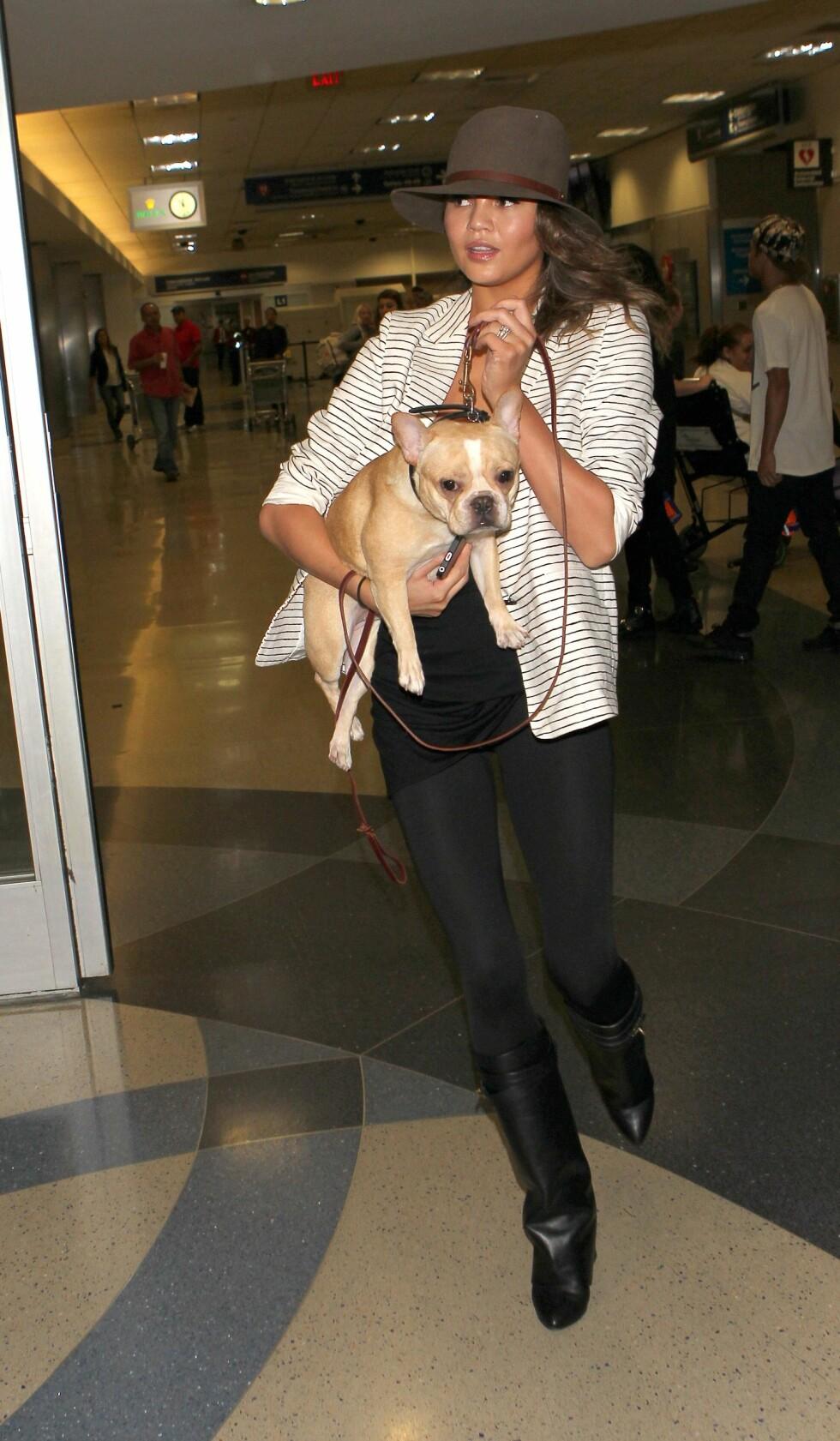 HUNDEELSKER: Christine Teigen adopterte hunden med ektemannen John Legend.  Foto: Splash/ All Over Press