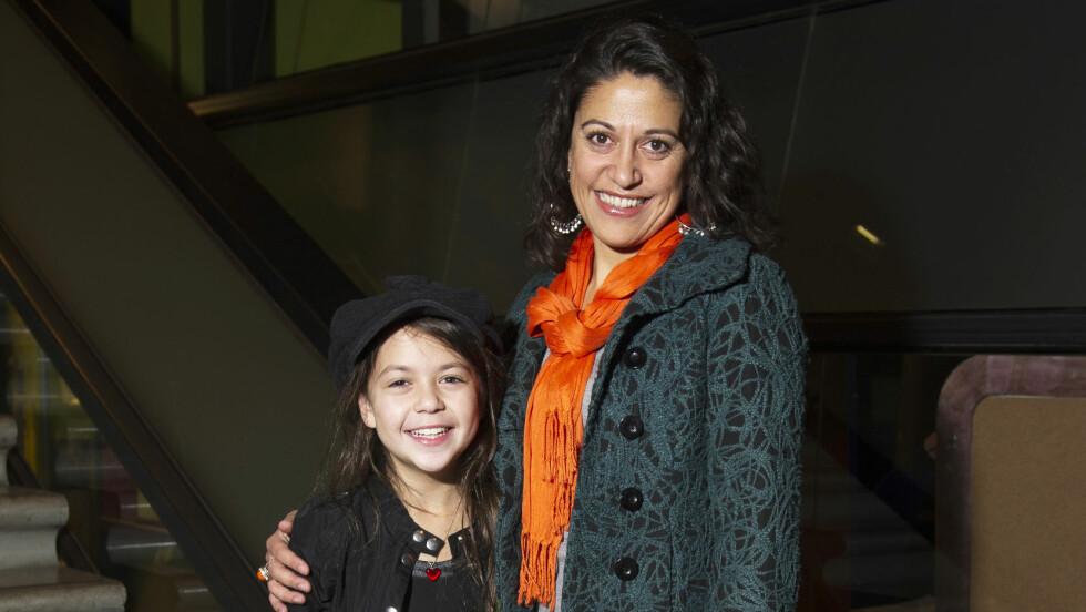 DATTEREN: NRK-profil Yasmin Syed er mamma til 13-åringen Nayana. Her er mor og datter fotografert under smykkelanseringen til Camilla Prytz i Oslo i fjor. Foto: Geir Egil Skog