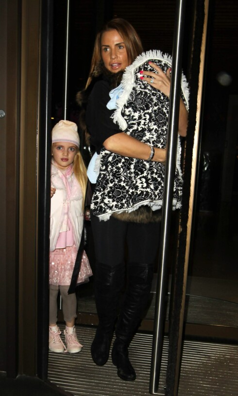 FEMBARNSMOR: Katie Price med datteren Princess Tiaamii og sønnen Jett Riviera i Mayfair i London vinteren 2014. Foto: REX/All Over Press