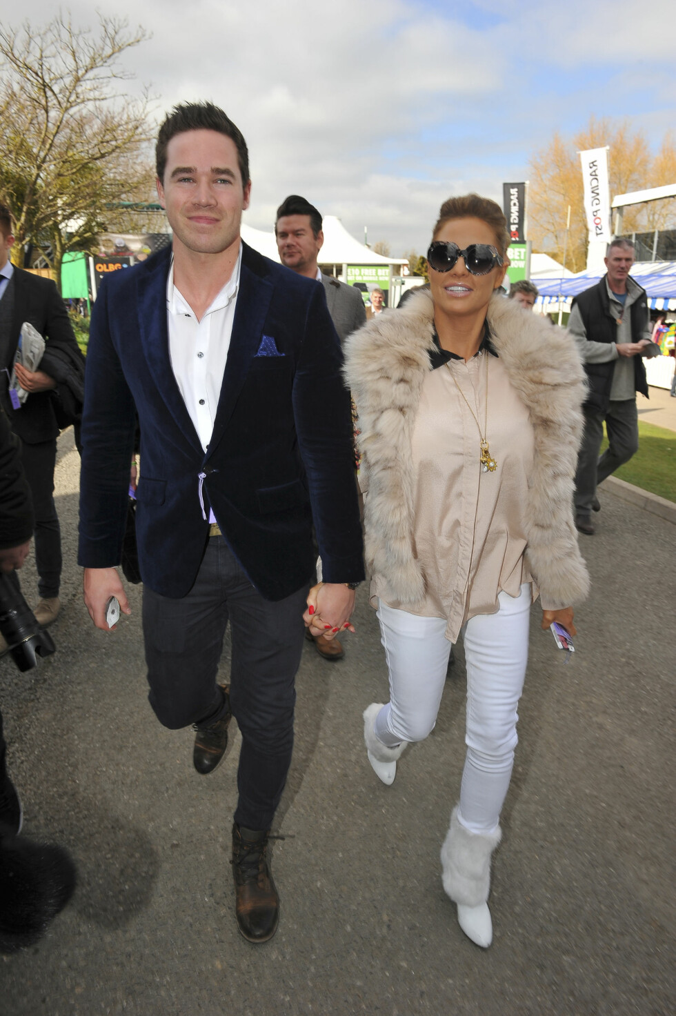 AVVERGET NAVNEKRISE: Katie Price ville helst kalle datteren Bunny (1 mnd) Duchess eller Duchess Kate, men da satte ektemannen Kieran foten ned. Her er paret på Cheltenham Festival i mars 2014. Foto: Splash News/All Over Press