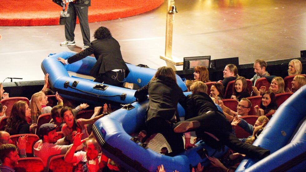 OVERRASKET PUBLIKUM: Ylvis-brødrene og Calle Hellevang-Larsen benyttet seg av båter for å surfe over hodene til publikum. Foto: Andreas Fadum