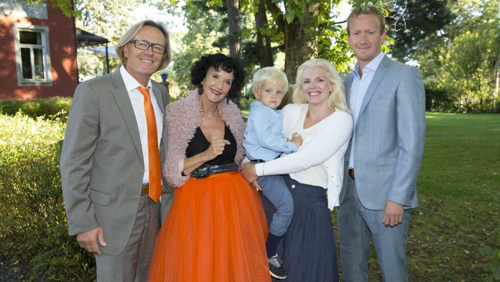 SPENNENDE FAMILIE: Unni Lindell sammen med svigerdatter Teres (med sønnen Theodor), ektemannen Per Christian Garnæs og sønnen Fredrik. Foto: Espen Solli