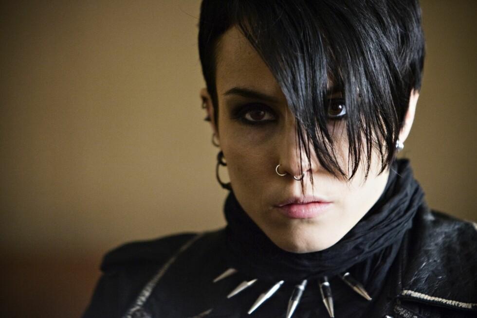 EMO: I «Menn som hater kvinner» fra 2009 var Noomis rollefigur, Lisbeth Salander, kjent for sin mørke sminke, naglesmykker og emo-aktige stil. Foto: Stella Pictures
