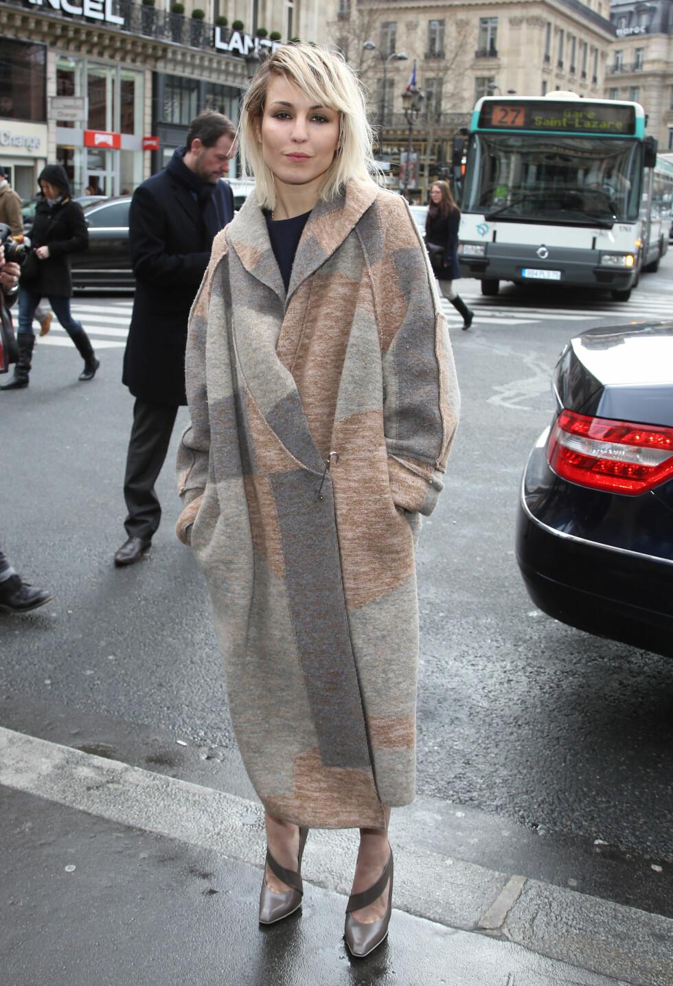 DEBBIE HARRY: Noomi Rapace minnet ikke om Lady Gaga, men om Blondie-vokalist Debbie på Stella McCartney-showet under moteuken i Paris i mars 2014.  Foto: FameFlynet Sweden