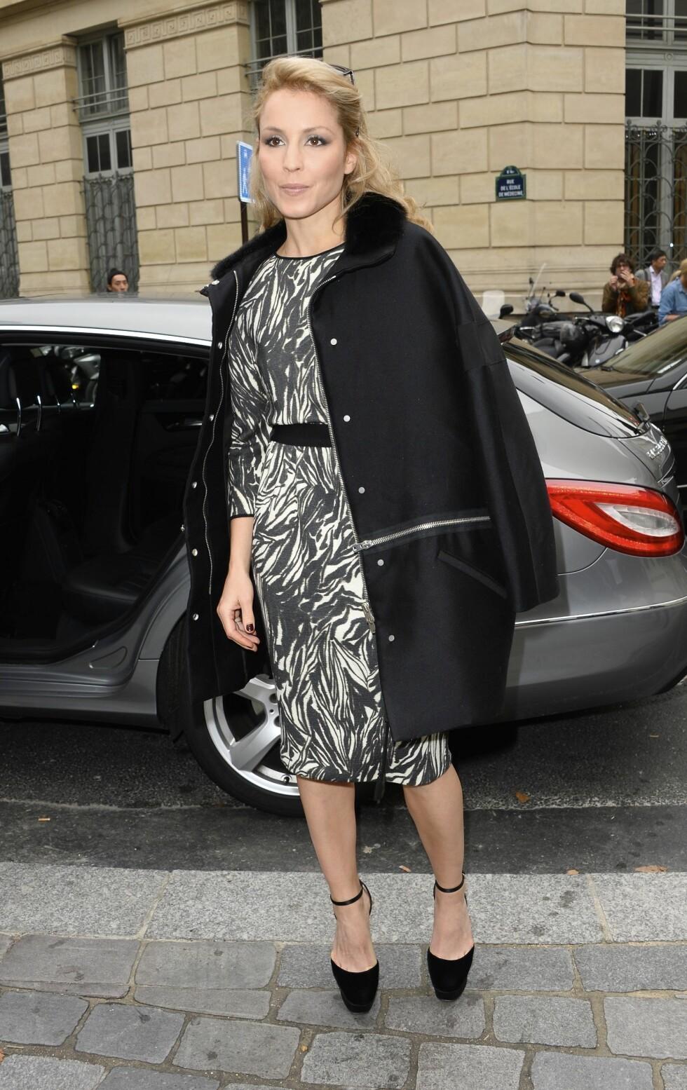 NØKTERN: Skuespilleren tonet ned den mønstrete kjolen med helsorte sko og kåpe på Giambattista Valli-visningen i Paris i september 2013.  Foto: FameFlynet Sweden