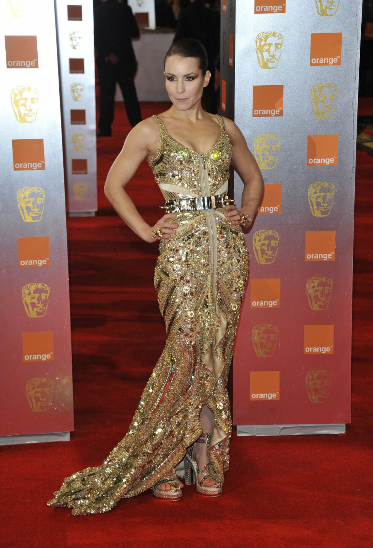 GLAMORØS: Noomi Rapace viste seg far en svært sexy side i denne gullkjolen på The Orange British Academy Film Awards i London i februar 2011.  Foto: Stella Pictures