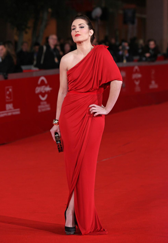 TØFF: Noomi Rapace viste sin velkjente «attitude» i en drapert, rød kjole som hun rocket opp med metallisk tilbehør på Rome International Film Festival i den italienske hovedstaden i slutten av oktober 2011. Foto: Stella Pictures