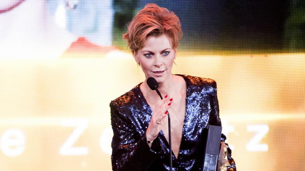 GJEV PRIS: Bertine Zetlitz mottar prisen for best kledde kvinne på scenen under Se og Hørs Kjendisgalla 2016. Foto: NTB scanpix