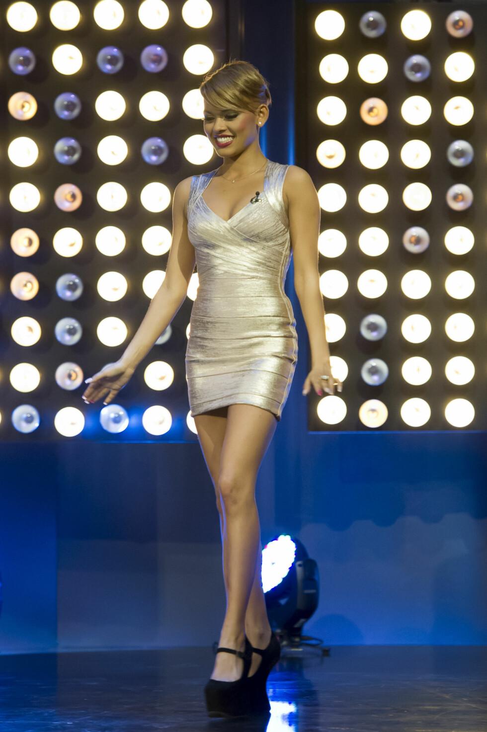 SEXY: Den unge sangstjernen er ikke redd for å vise frem formene. Her stråler hun på vei inn i «Senkveld»-studio våren 2012. Foto: Stella Pictures