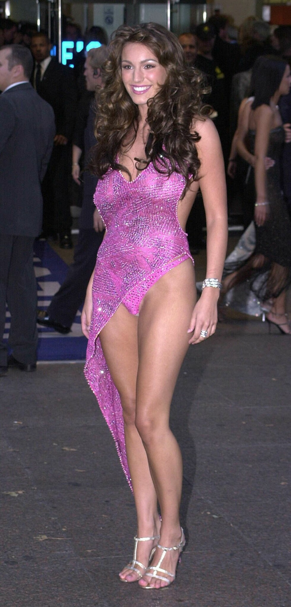 VÅGAL: 20 år gamle Kelly Brook visste å gjøre seg bemerket på London-premieren til Jason Stathams film «Snatch» høsten 2000. Foto: Splash News/All Over Press