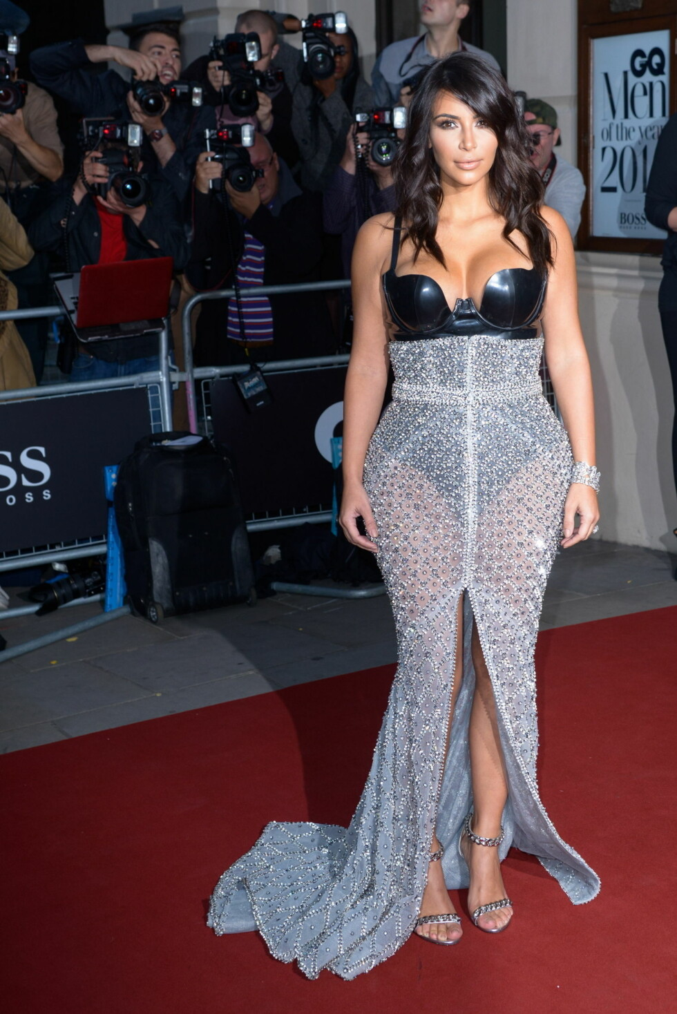 VISTE FORMENE: Ikke overraskende lot prisvinner Kim Kardashian de berømte formene være i høysetet i en sexy lakk-body og gjennomskinnelig, metallisk skjørt.  Foto: Stella Pictures