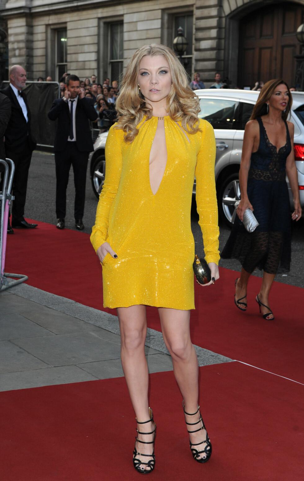 FARGERIK: Den britiske skuespilleren Natalie Dormer var blant de få som gikk for et svært fargerikt antrekk - men også hun viste litt hud med en nøkkelhullsutringning.  Foto: Stella Pictures