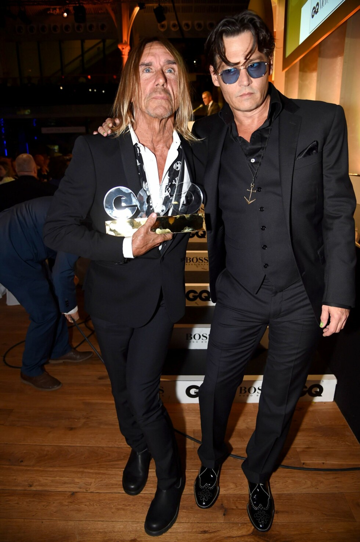 ROCKA DUO: Iggy Pop fikk prisen «årets ikon», overrukket av filmstjernen Johnny Depp (t.h). Foto: REX/Richard Young /All Over Press
