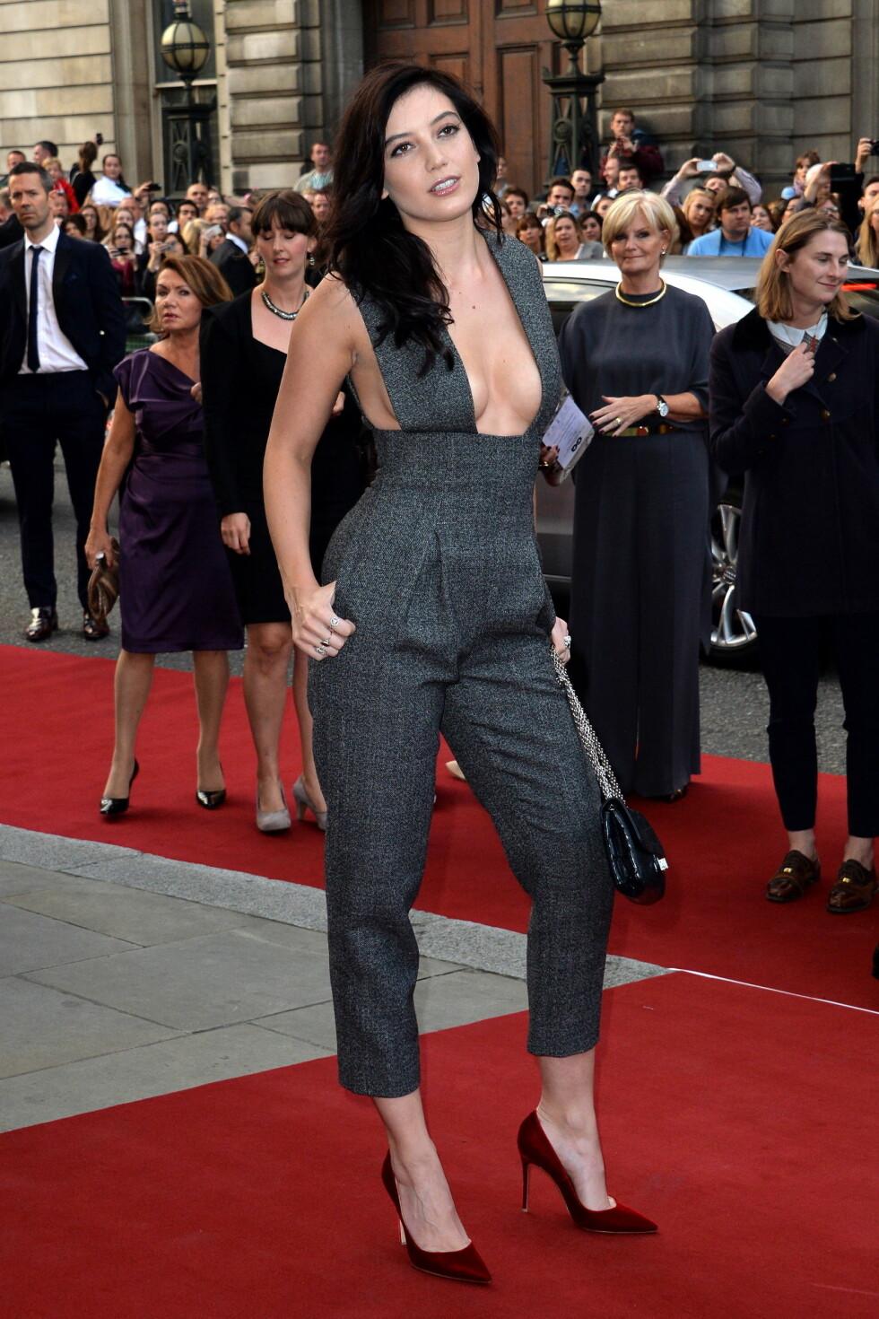 VAKTE OPPSIKT: Modell Daisy Lowe stilte i et mindre spennende antrekk, en buksedress fra Barbara Casasola - hadde det ikke vært for det svært dristige brystpartiet, og de blodrøde skoene.  Foto: Stella Pictures