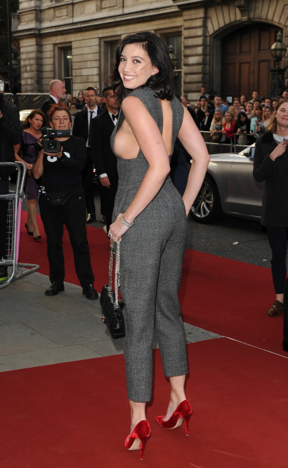 IKKE BLYG: Daisy Lowes antrekk var ekstra dristig fra enkelte vinkler, da hun smilte til fotografene ved ankomsten til The Royal Opera House tirsdag. Foto: Stella Pictures