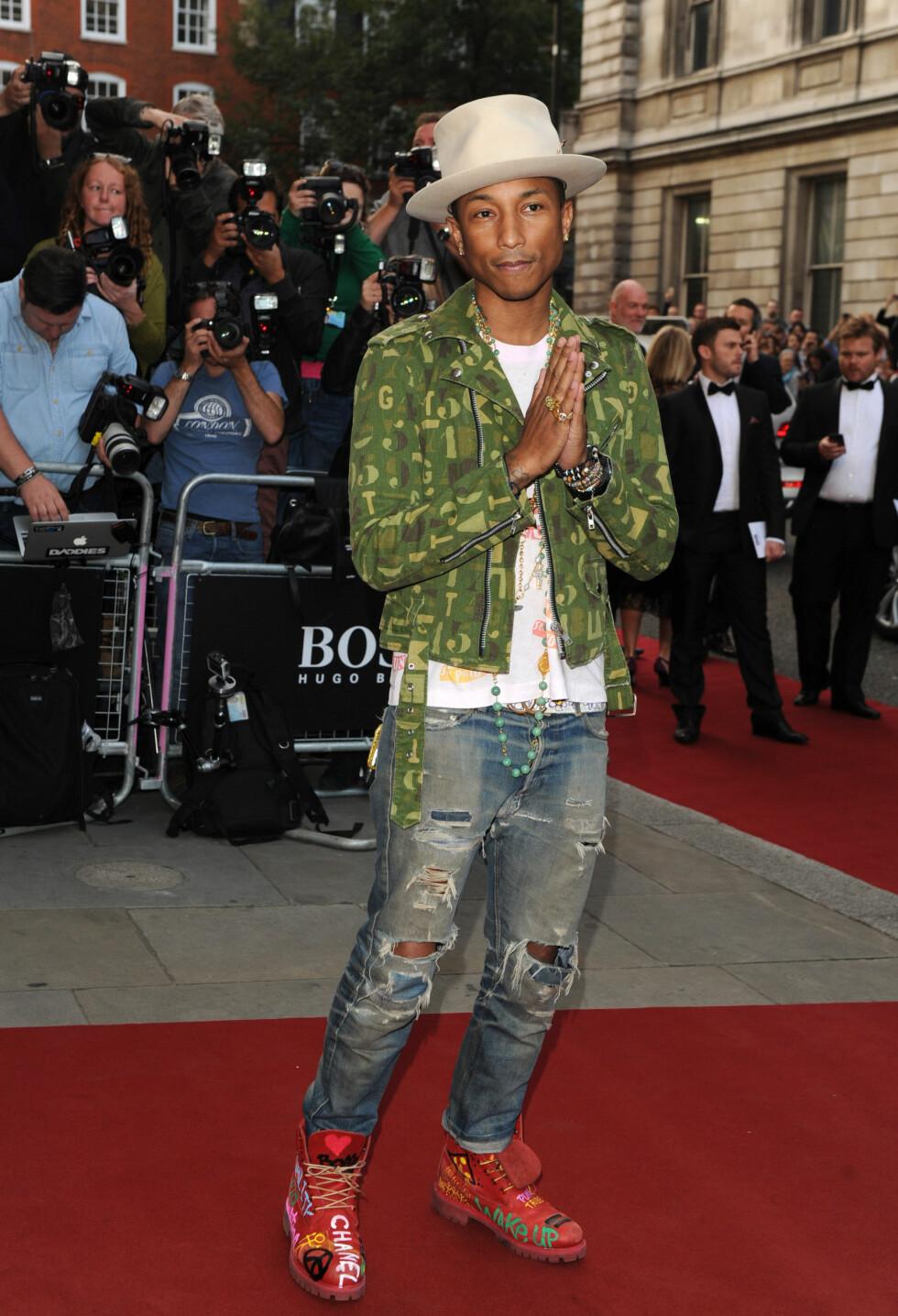 PRISVINNER: Pharrell Williams gikk for sin særegne, personlige stil på det stjernespekkede arrangementet. Han fikk prisen «årets soloartist» fra Cara Delevingne.  Foto: Stella Pictures