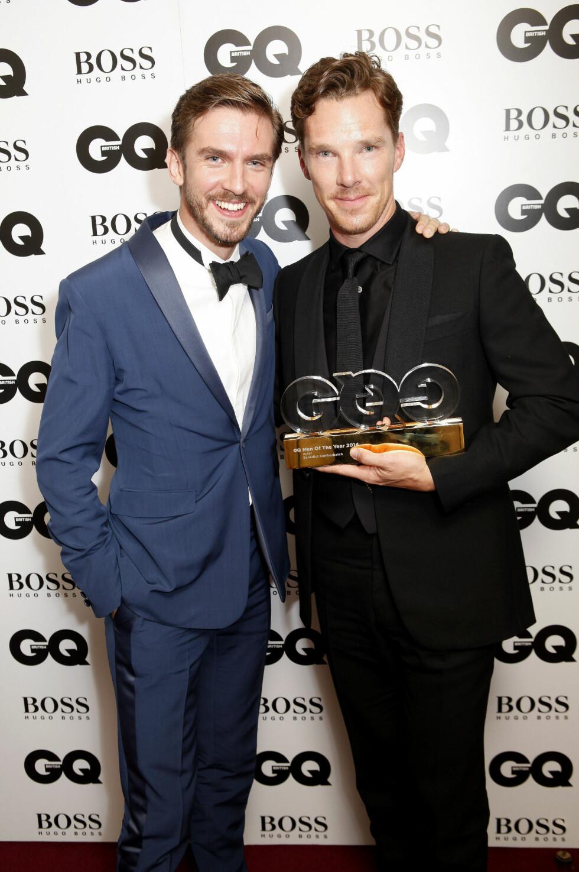 VANT: «Sherlock Holmes»-stjernen Benedict Cumberbatch har hatt et utrolig år, og fikk overrakt prisen for årets skuespiller fra «Downton Abbey»-kjekkasen Dan Stevens. Foto: REX/Richard Young /All Over Press