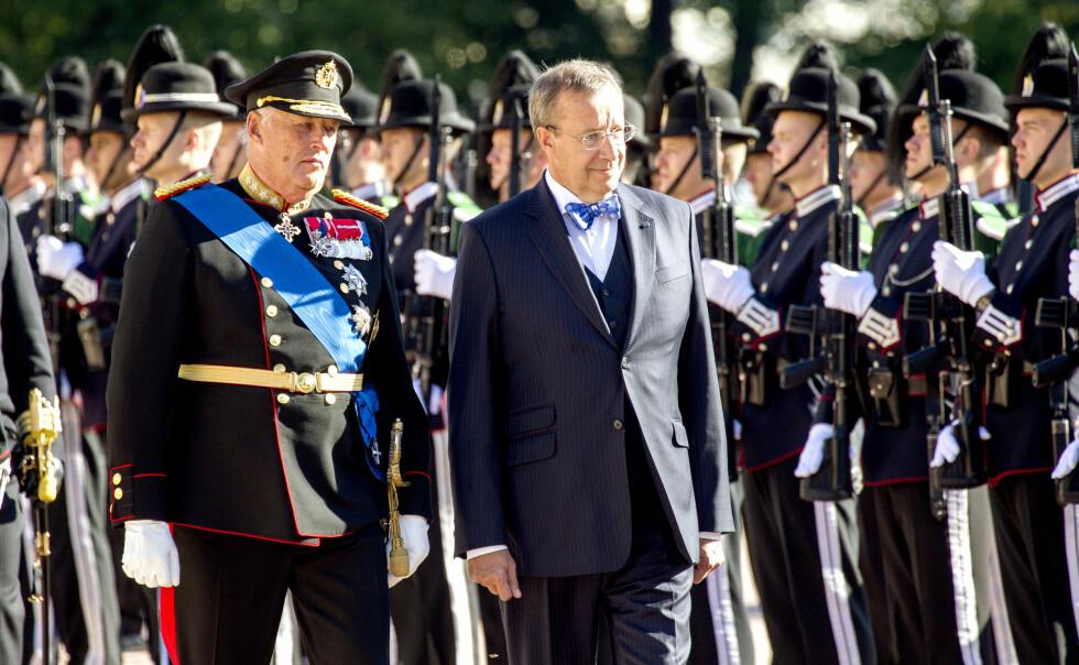 GJEST: Estlands president Toomas Hendrik Ilves kom til Norge i dag på statsbesøk, og ble tatt imot på høytidelig vis på Slottsplassen. I kveld er det gallamiddag.  Foto: Andreas Fadum