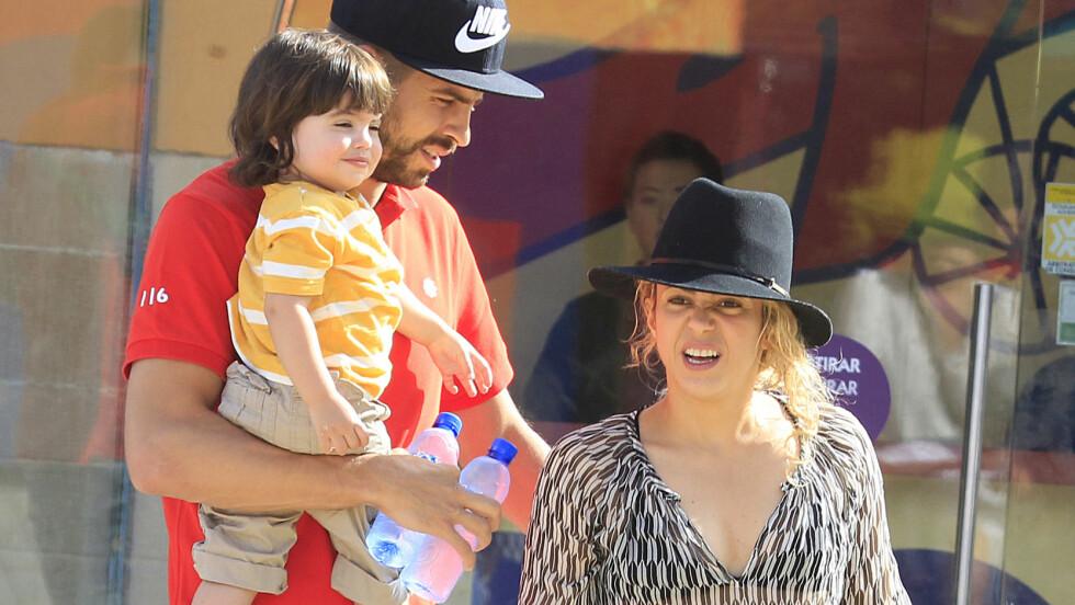 BLIR FIRE: Denen uken avslørte Shakira at hun og fotballspiller Gerard Piqué skal bli foreldre igjen. Her er stjerneparet avbildet sammen med sønnen Milan (19 mnd.) i en park i Barcelona i sommer.  Foto: All Over Press