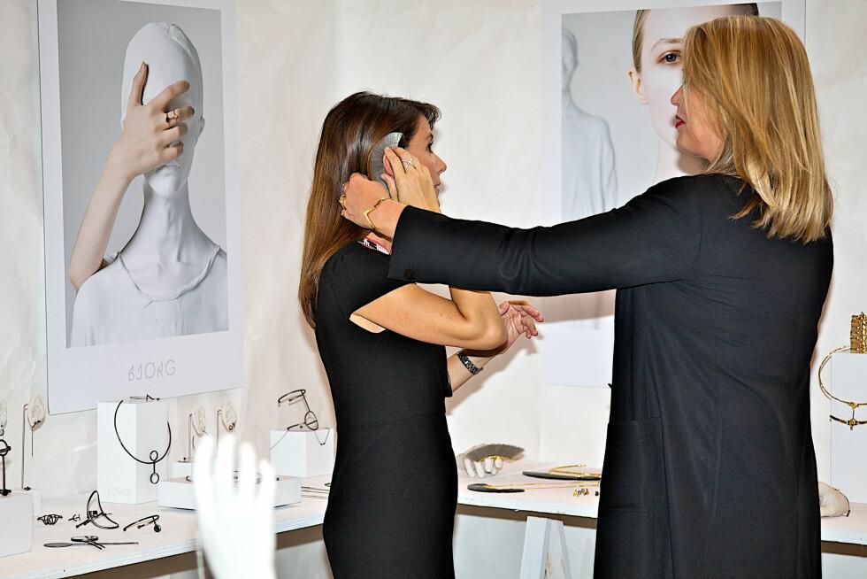 ROJALT BESØK: Den norske smykkedesigneren Bjørg Nordli-Mathisen står bak populære «Bjørg Jewellery» fikk kongelig besøk på smykkemessen i København. Foto: All Over Press