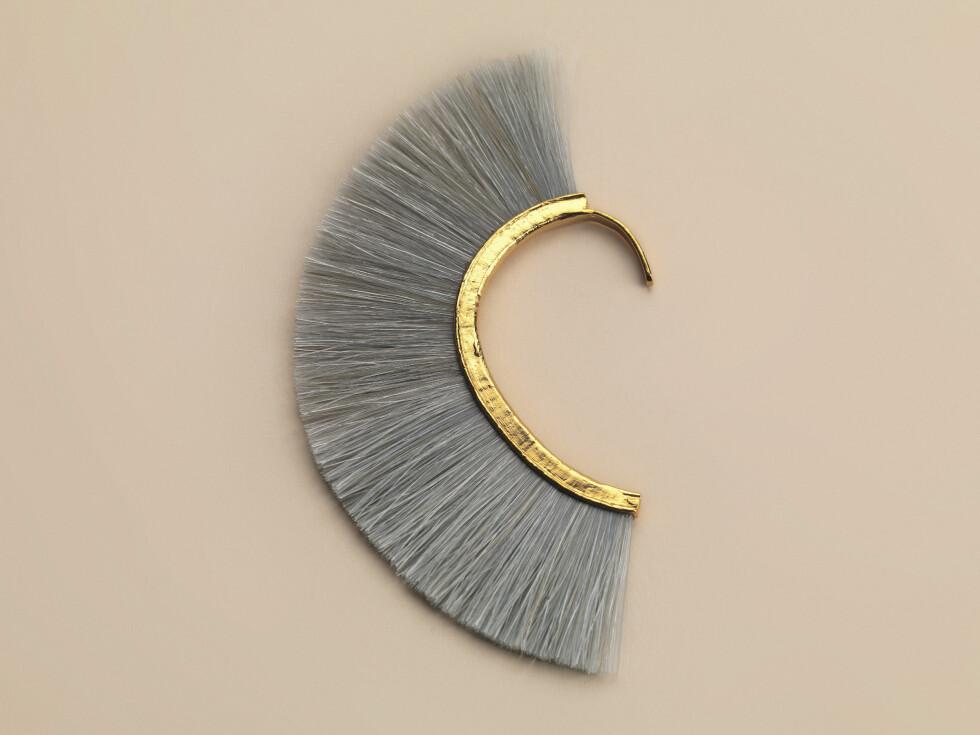 KONGELIG FAVORITT: Grey knight earcuff fanget prinsessens oppmerksomhet så mye at hun ønsket å prøve det. Øresmykket koster 1350 kroner.  Foto: Bjørg Jewellery