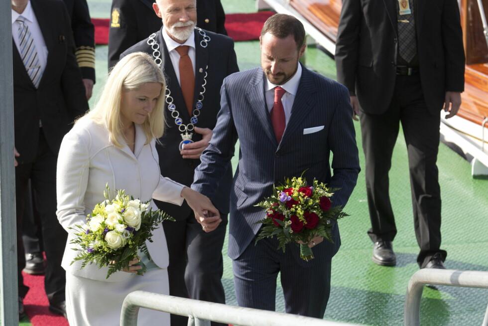 KOM SJØVEIEN: Haakon og Mette-Marit kom sjøveien med Kongeskipet forrige da de besøkte Molde i fjor. I dag kom Kronprinsessen med SAS fra Oslo. Foto: Julian Parker/UK Press Ltd