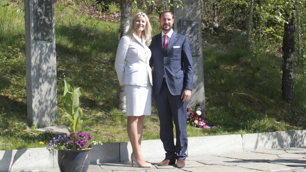 KONGEBJØRKA: Under fylkesturen våren 2013 besøkte Haakon og Mette-Marit den berømte Kongebjørka i Molde. Foto: Julian Parker/ UK Press
