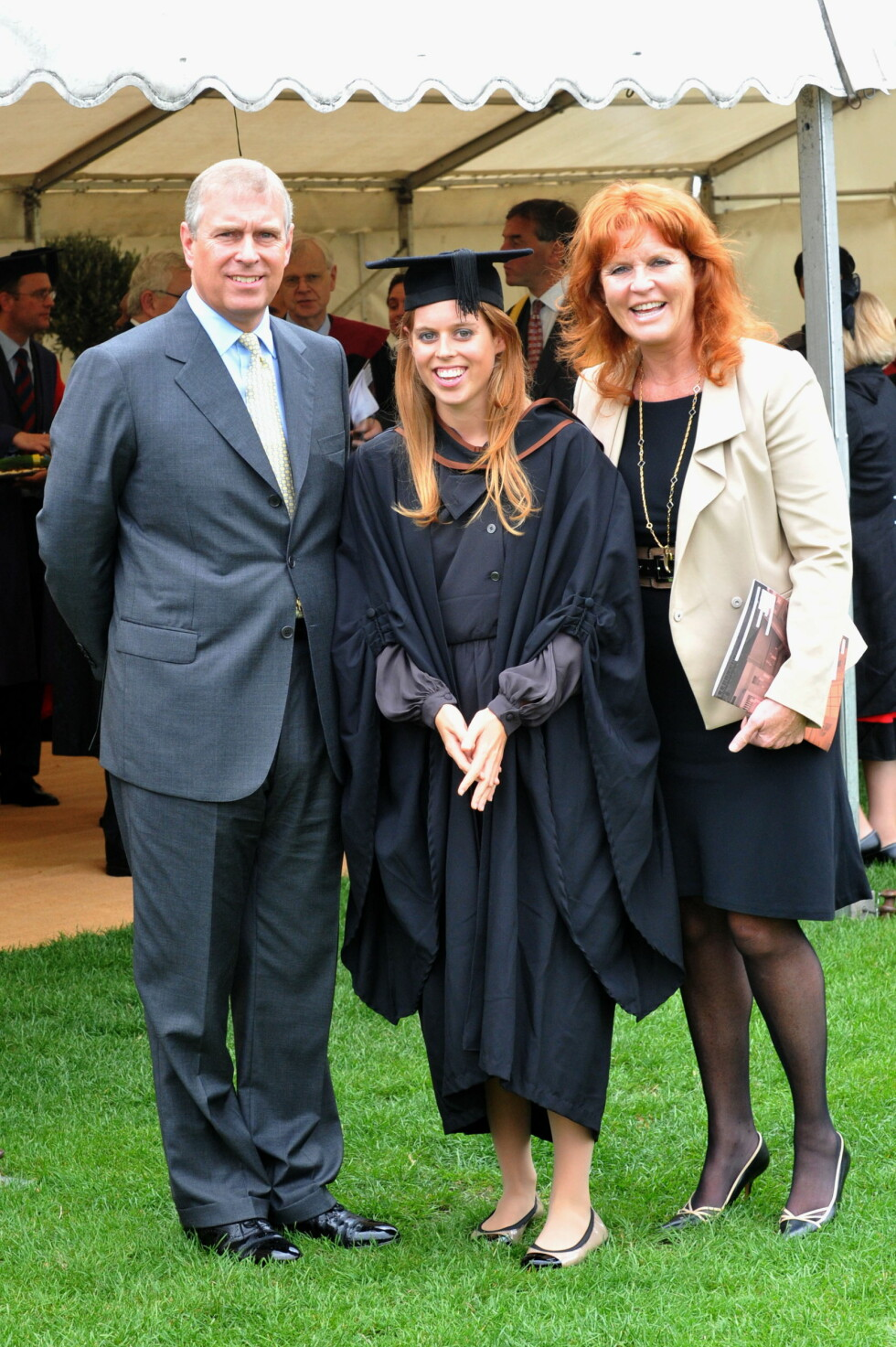 <strong>HARMONI:</strong> Stolte foreldre sammen med eldstedatteren Beatrice, da hun avsluttet sine studier ved  Goldsmiths College i 2011. Foto: Stella Pictures