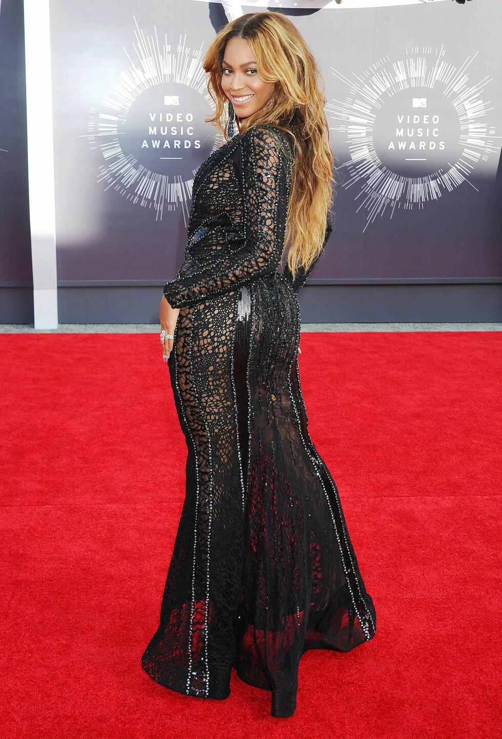 <strong>BYTTET KLÆR FLERE GANGER:</strong> Beyoncé Knowles viste frem sin motesans med flere forskjellige antrekk i løpet av kvelden. Slik så hun ut da hun ankom den røde løperen i en kjole fra designeren Nicolas Jebran. Foto: REX/Broadimage/All Over Press