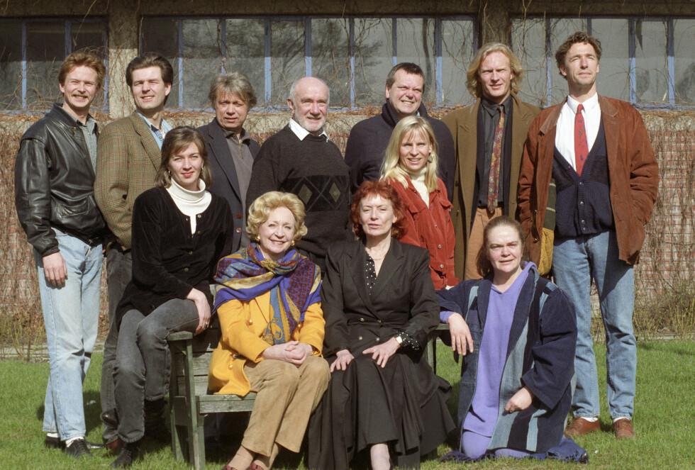 """SPILTE SAMMEN: Dramaserien """"Vestavind"""" gikk på NRK i 1994 til 1995, og ble sendt i reprise i 1999. Bak f.v: Dennis Storhøi, Lasse Lindtner, Nils Sletta, Espen Skjønberg, Per Jansen, Sven Nordin, Bjørn Skagestad. Foran f.v: Hildegunn Riise, Wenche Foss, Mona Hofland, Liv Osa og Anne Marit Jacobsen. Foto: NTB scanpix"""