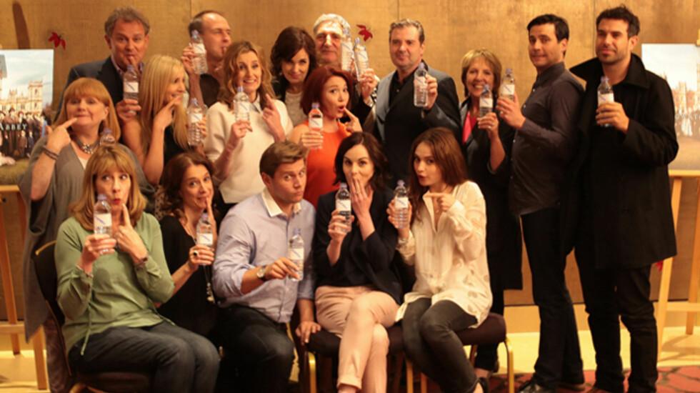 STØTTER VELDEDIGHET: Downton Abbey-stjernene stilte opp for veldedighetsorganisasjonen WaterAid etter at pressebildet med en plastflaske fikk mye oppmerksomhet. Foto: WaterAid