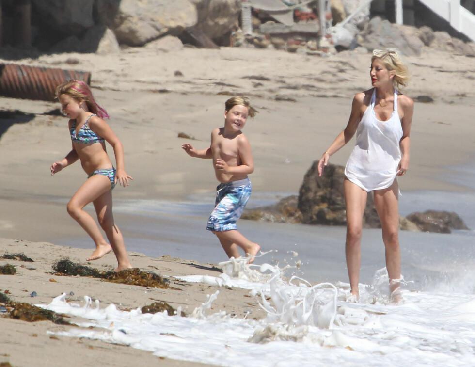 FAMILIEDAG: Lørdag hygget Spelling-McDermott-familien seg på stranden i Malibu, California. Her er Tori sammen med barna Liam og Stella.  Foto: Stella Pictures