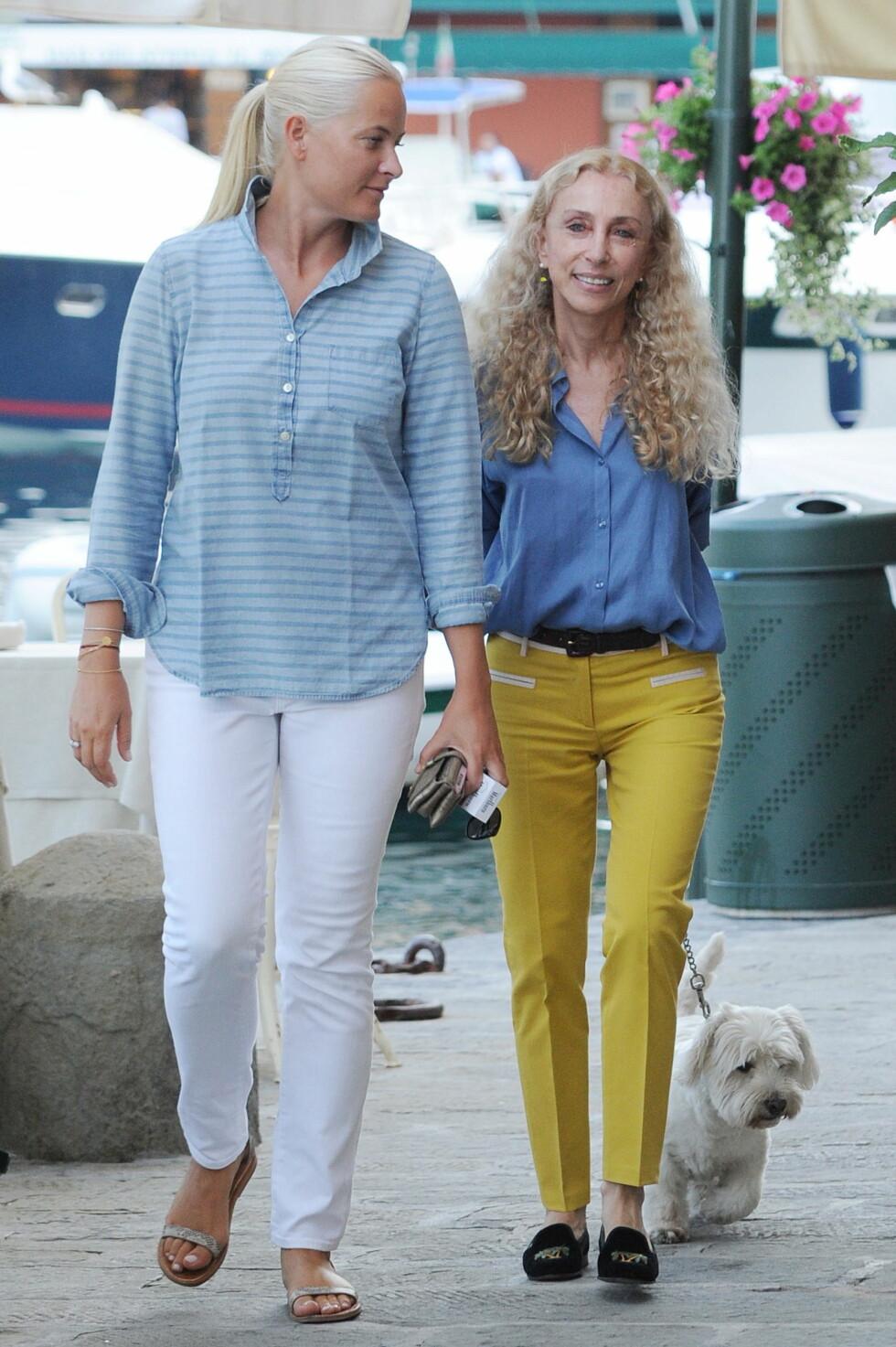 VENNINNEFERIE: Moteredaktør Franca Sozzani og Mette-Marit vandret gatelangs i Portofino og storkoste seg i sommervarmen. Foto: Splash News/ All Over Press