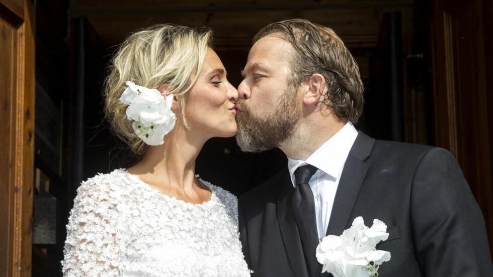 ENDELIG GIFT: Christian Skolmen og Isabel Ødegård var strålende fornøyde etter at de hadde blitt mann og kone. Foto: Andreas Fadum