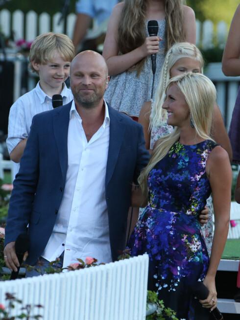 <strong>KOSTE SEG:</strong> Det nyforlovede paret så ut til å kose seg på Allsang på Grensen.  Foto: Stella Pictures