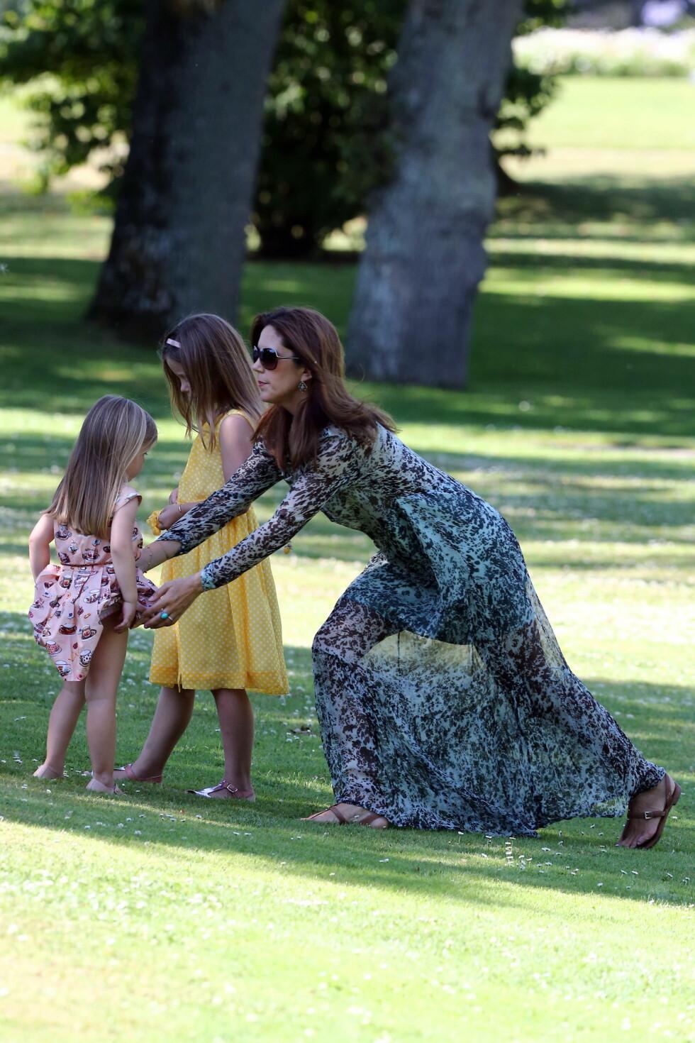 SKJØNN I GRØNN: Kronprinsesse Mary med døtrene Josephine og Isabella. Foto: action press/All Over Press