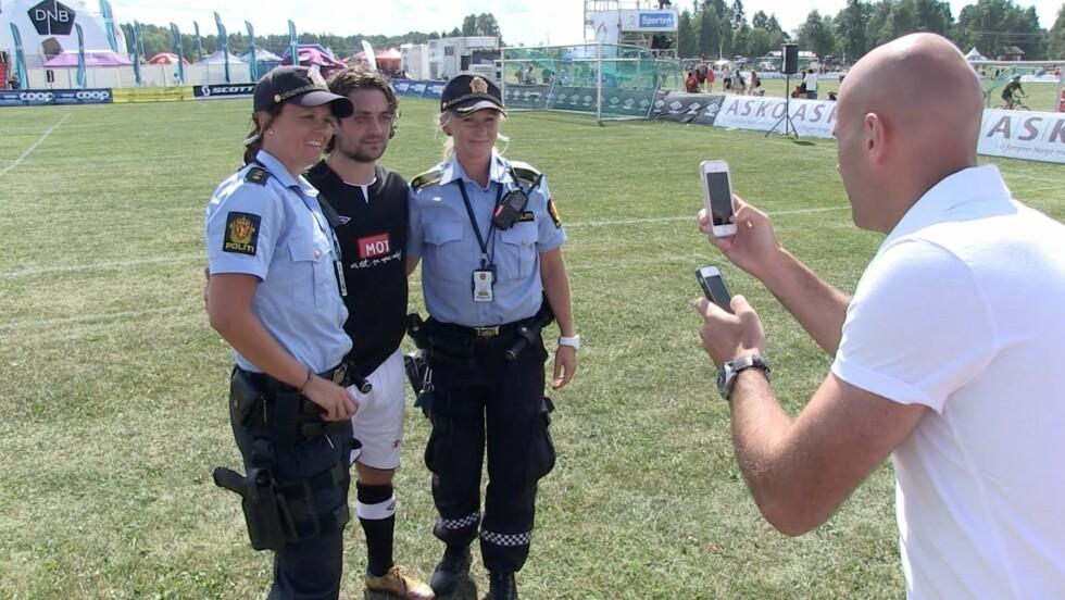 STJERNE: Selv politiet ville ta bilde med Mats Zuccarello Aasen på Norway Cup.