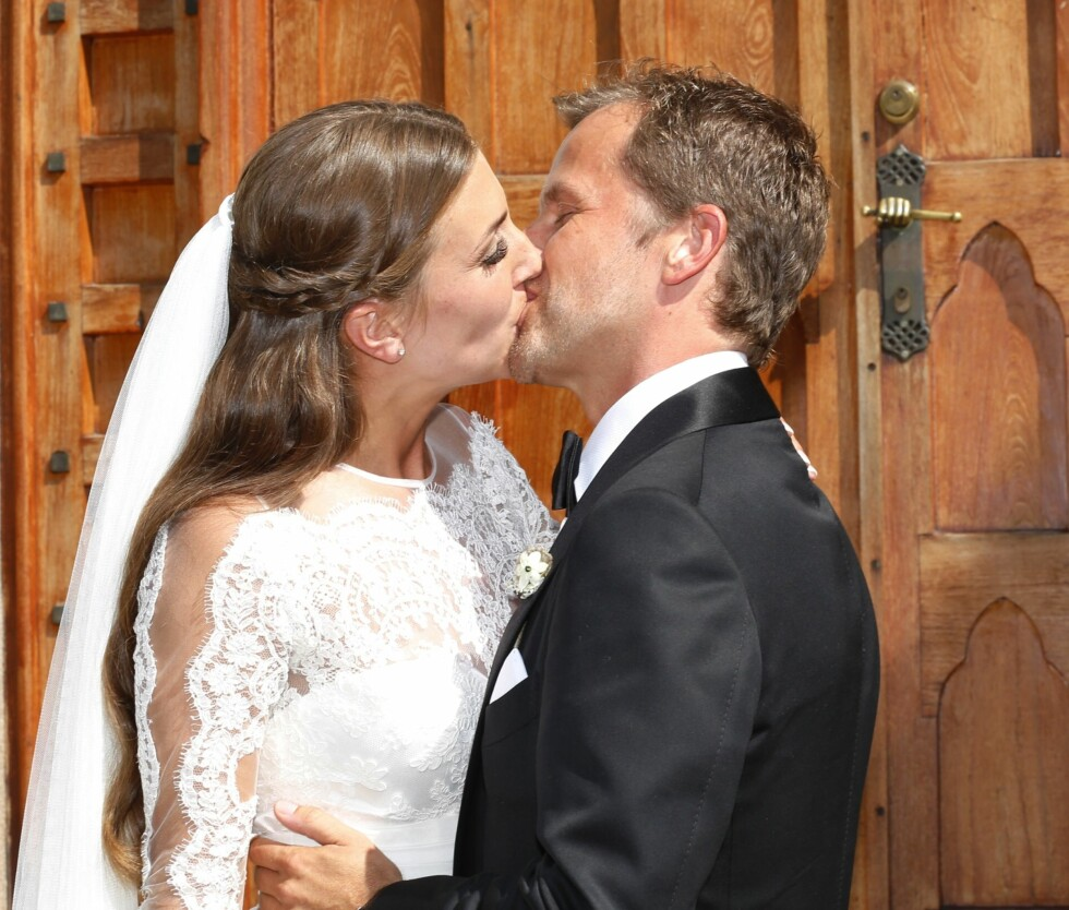 NÅ ER DE GIFT: Tale og Jens kysset på kirketrappa - etter å ha blitt erklært rette ektefolk. Foto: Se og Hør