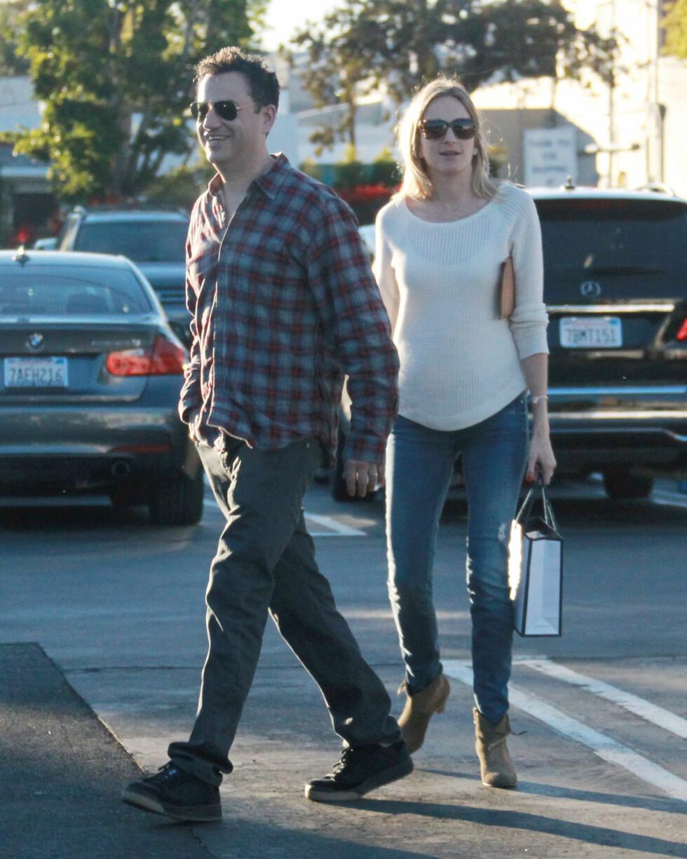 MYE HUMOR: Både Jimmy Kimmel og Molly McNearney har humoristisk sans, og går ikke av veien for å slå spøker om sin nyfødte datter. Her på handletur i West Hollywood i vår. Foto: JLM / Splash News/ All Over Press