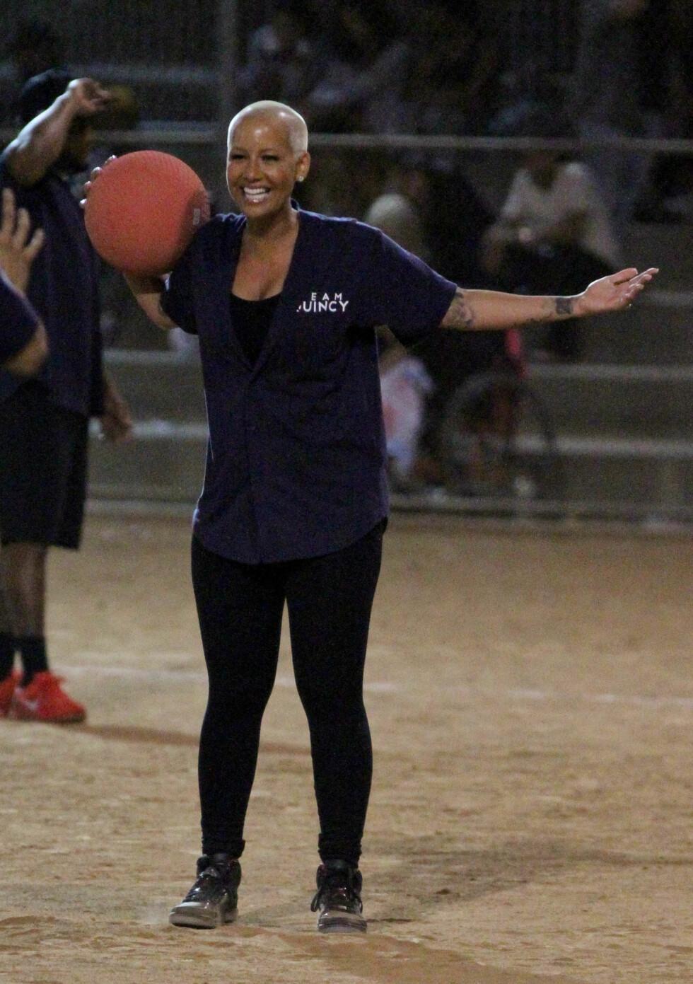 GLAD: Amber Rose koste seg og danset på kickball-kampen, lørdag.  Foto: JCalderon / Splash News/ All Over Press