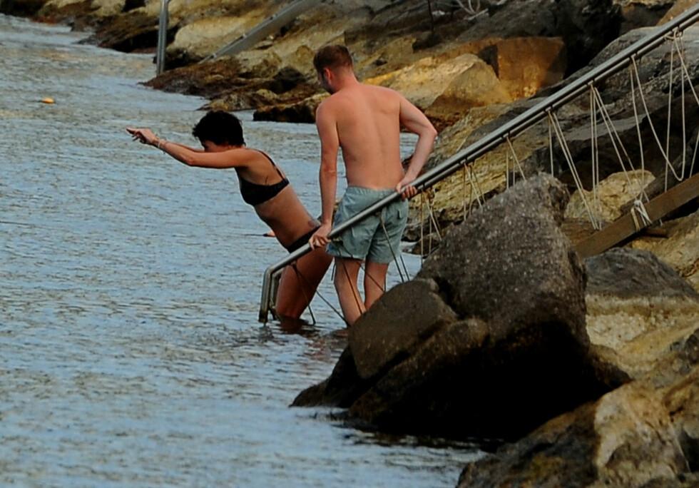 TOK SATS: Den spreke 40-åringen og hennes mannlige bekjentskap moret seg i vannet ved Hotel Regina.  Foto: Gigi Iorio/Splash News/All Over Press