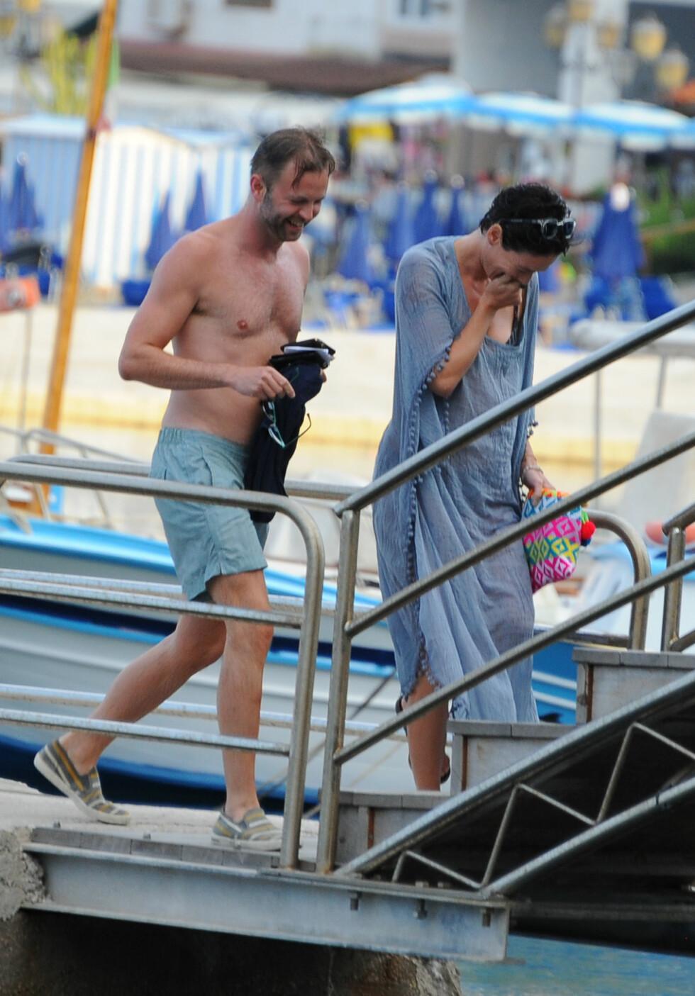 MUNTRE: Lena Headey og den mannlige vennen lo og koste seg sammen ved vannet. Foto: Gigi Iorio/Splash News/All Over Press