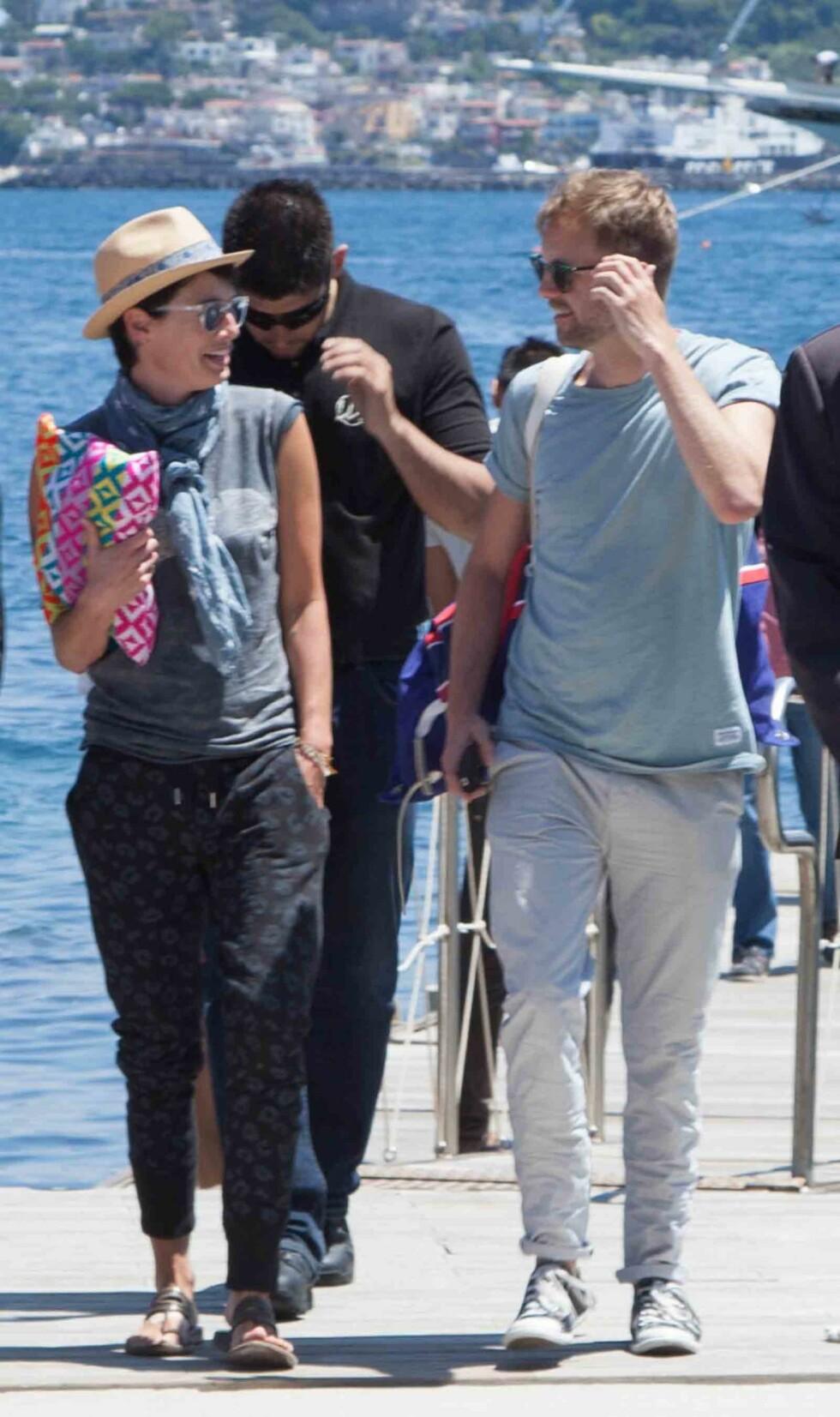 TOSPANN: Tv-stjernen og kameraten ankom festivalen på den italienske øya sammen, ifølge All Over Press. Her spaserer de sammen i solskinnet tirsdag. Foto: Fotonews/Splash News/All Over Press